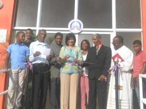 La vicepresidente, acompañada del gobernador, el sacerdote y gente de la comunidad corta la cinta que deja inaugurado el CTC