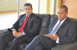 Alberto Castellar Padilla, embajador de Venezuela, escucha al rector Mateo Aquino Febrillet, a quien giró una visita en su despacho de la Rectoría de la UASD